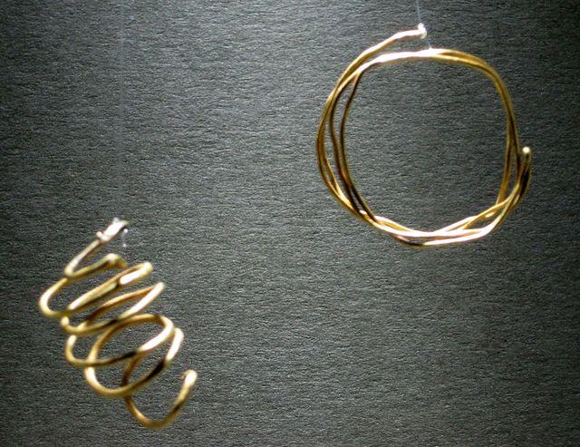 dvě zlaté spirálky z mohylových hrobů ze střední doby bronzové