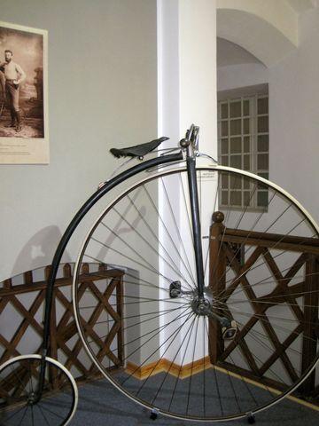 bicykl Eduarda Hauptmanna, vlevo nahoře obrázek obětavého zdejšího občana