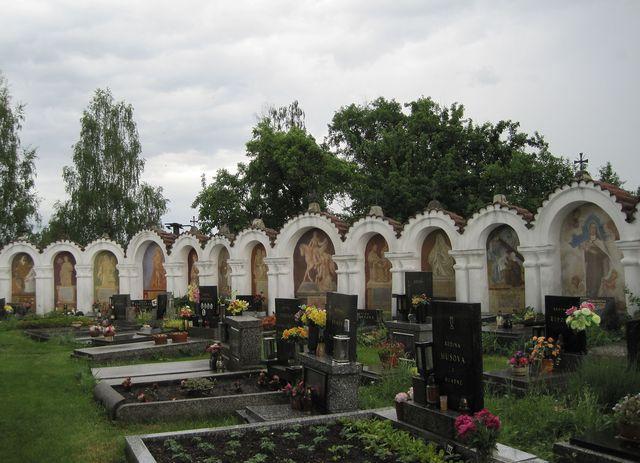 kolem hřbitova je obrazově-literární galerie