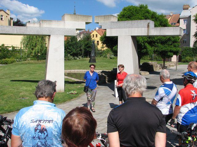 paní Černá z organizačního výboru festivalu a Iva Svobodová vítají účastníky cyklojízdy