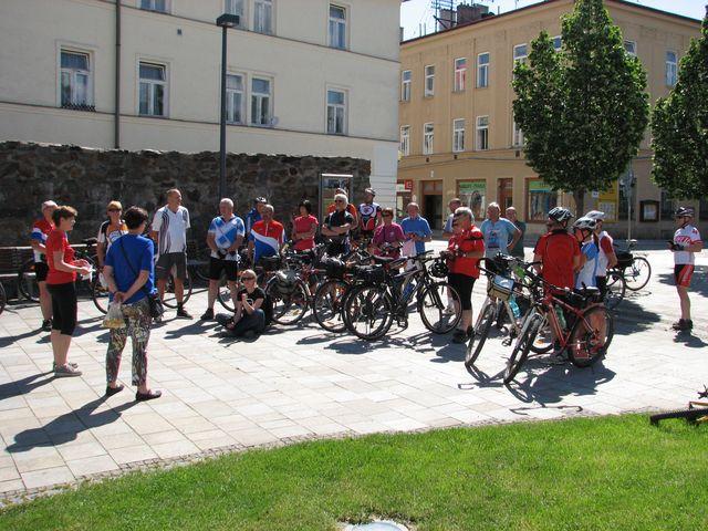 Iva Svobodová popisuje trasu dnešní cyklojízdy; foto F. Janeček