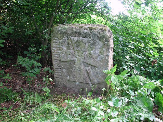 smírčí kámen u Smrčné - jeden z nejstarších na Vysočině (1484); foto F. Janeček