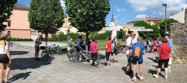 účastníci cyklojízdy Po stopách Gustava Mahlera se scházejí v parku; foto F. Janeček
