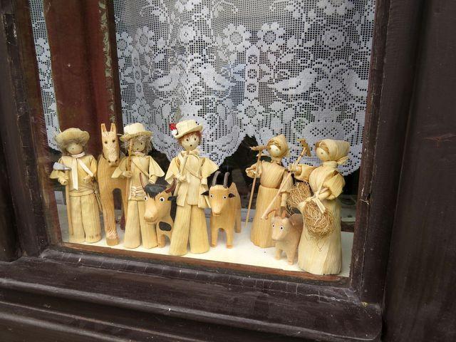 výstava v oknech jednoho z vlkolínských domů