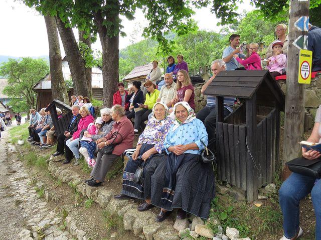 obyvatelé Vlkolínce i poutníci z okolí čekají na začátek mše svaté