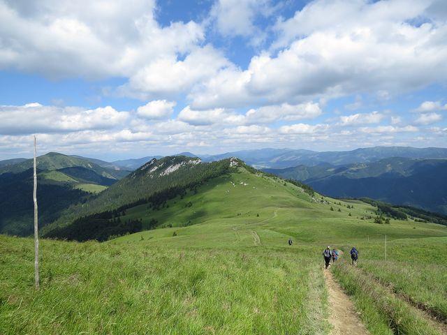 Černý kámen ze svahu Ploské, vlevo vzadu vrchol Rakytov