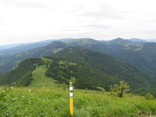 jižní svah Rakytova - výhled na Černý kámen, v pozadí Ploská (1 532 m), vpravo od ní kužel Borišova, který pro nás z časových důvodů zůstal nedostupný