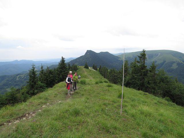 na hřebeni Minčolu (1 398m), vzadu uprostřed Černý kámen, vpravo Ploská (1 532 m)