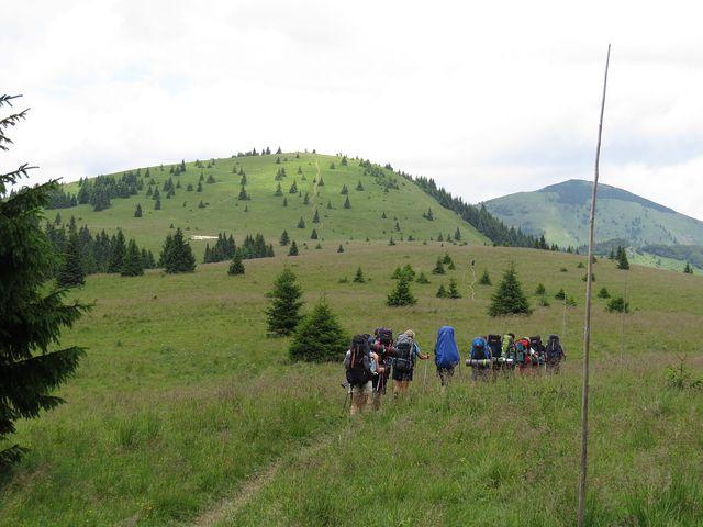 skupina turistů se vydává ze sedla pod Černým kamenem na Rakytov (ten je vpravo vzadu)