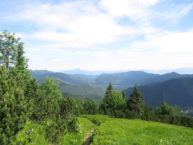 výstup na hřeben - výhled na Lupčianskou dolinu, vpravo je osada Magurka