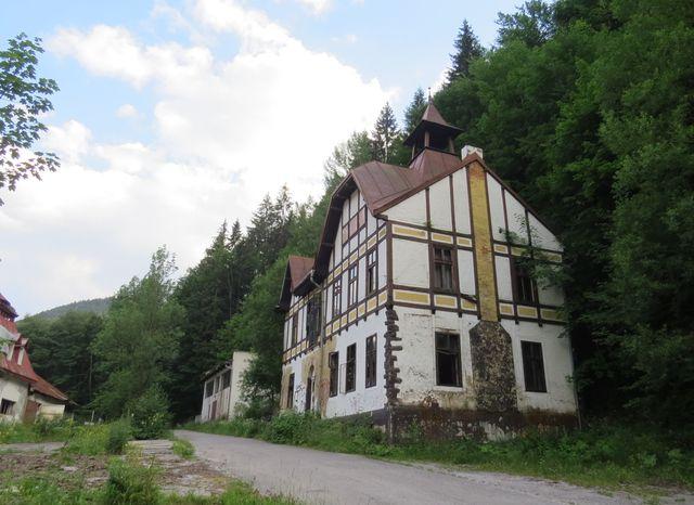 bývalé lázeňské budovy jsou značně zdevastované
