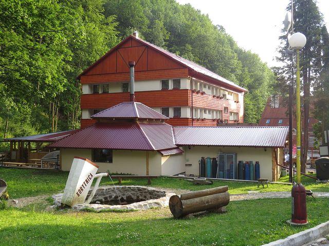 čerstvě opravený objekt v Korytnici - nový majitel prý hodlá pokračovat v obnově budov