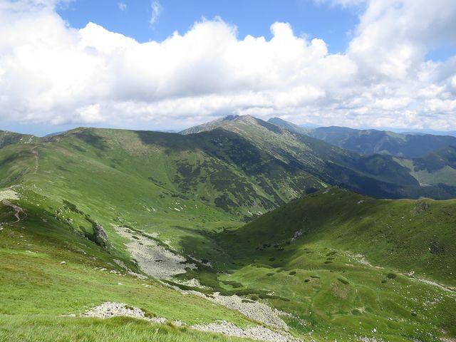 uprostřed Chopok s horní stanicí lanovky, vzadu nejvyšší hora Nízkých Tater Ďumbier (2 043 m)