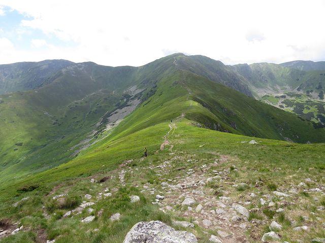 výhled ze svahu Poľany na Skalku vlevo, uprostřed Kotliská, vpravo vzadu Chabenec