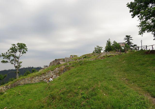 ve výšce 1 000 m n. m. se dochovaly pouze základy kdysi významného hradu