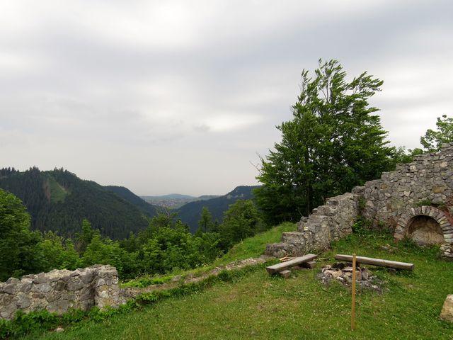 z hradu se dochovalo jen torzo; výhled na Chočské vrchy