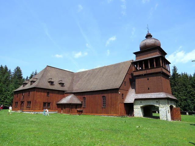 kostel má délku 43 m, výška později přistavěné věže činí 19 m