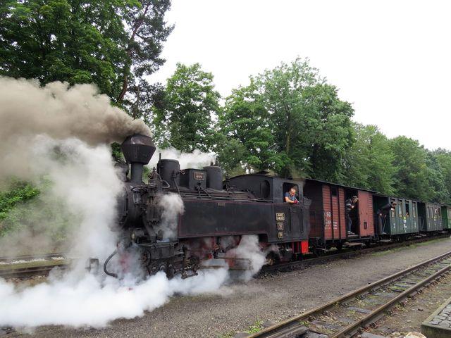 parní vlak s historickými vozy vyjíždí z Jindřichova Hradce do Nové Bystřice
