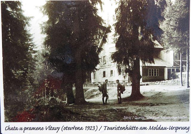historické fotografie bývalé chaty u pramene Vltavy