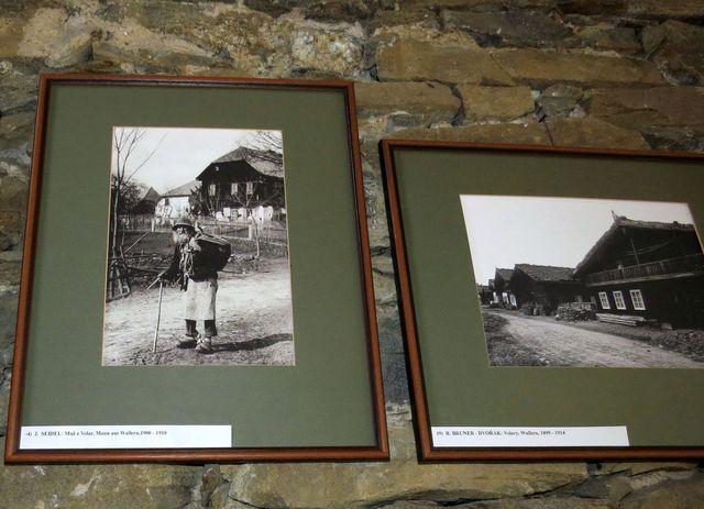 stálá výstava historických fotografií - Muž z Volar, foto J. Seidel, vedle Volary