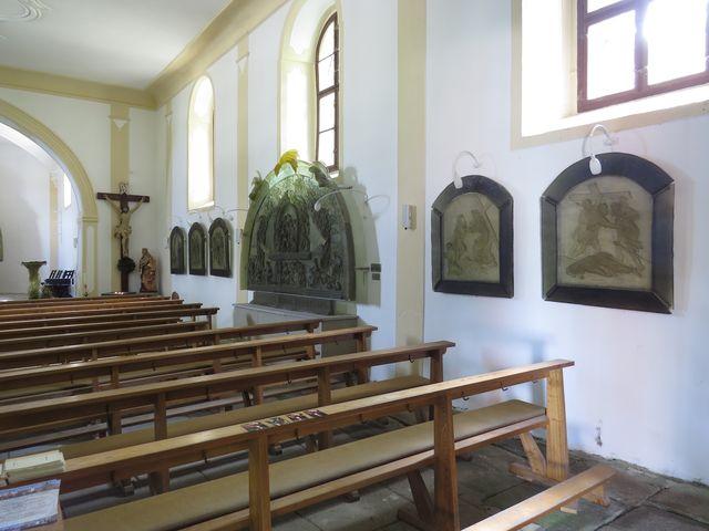 křížová cesta se 14 zastaveními v kostele sv. Vintíře na Dobré Vodě u Hartmanic