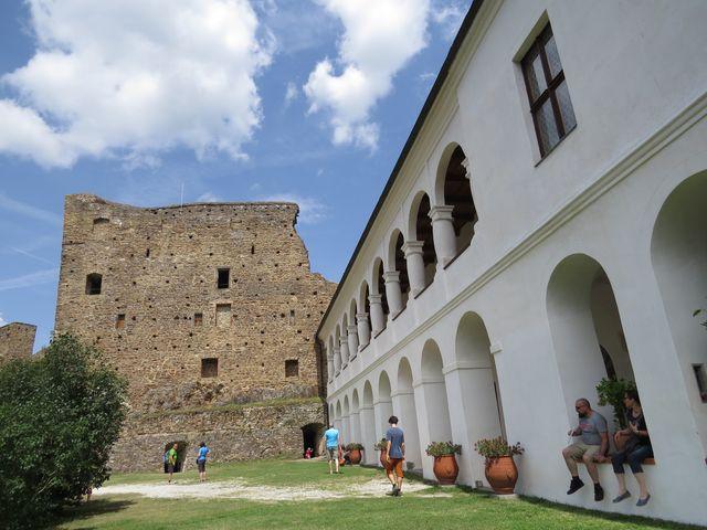 renesanční zámek připojený ke gotickému hradu - neobvyklý slepenec inspirovaný architekturou jižních zemí (podle stále platného hesla: hodně peněz, málo vkusu a rozumu)