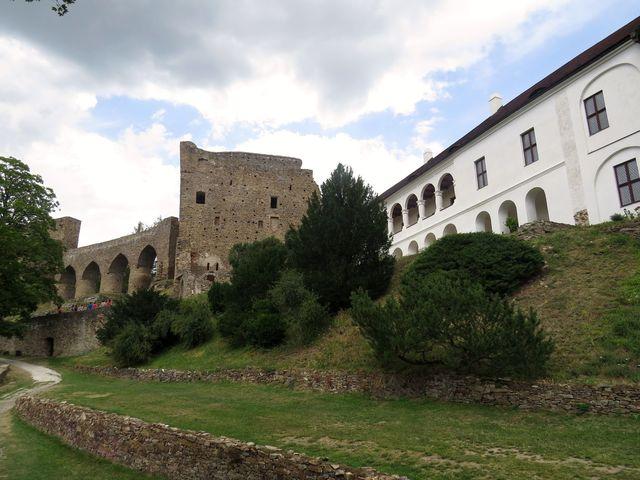 ke gotickému hradu byl v polovině 17. století přistavěn renesanční zámek s arkádami