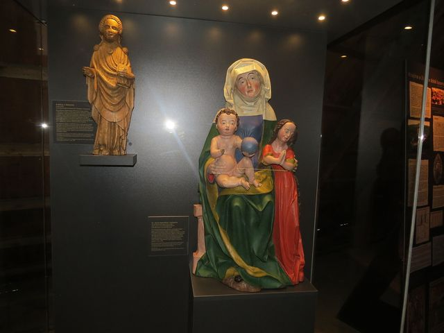 výstava Doba lucemburská - sv. Anna Samotřetí z Velhartic - kolem r. 1480 - socha stávala na bočním oltáři farního kostela Narození Panny Marie ve Velharticích