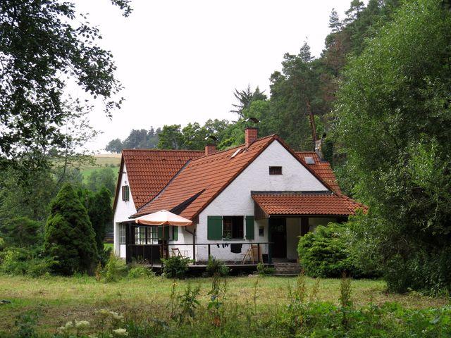 chata leží pár metrů od říčky Ostružné