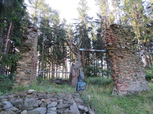 ruina kaple Andělů strážných v lese nad Úsobím