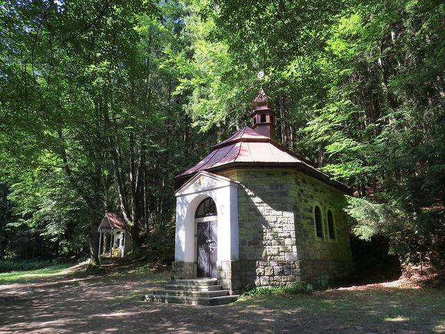 kaple sv. Anny s vedlejším památníkem obětí 1. světové války z okolních obcí
