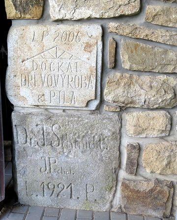 při poslední stavební úpravě byl do zdi zasazen i základní kámen z přestavby v roce 1921, provedené tehdejším majitelem JUDr. Jaroslavem Schmidtem