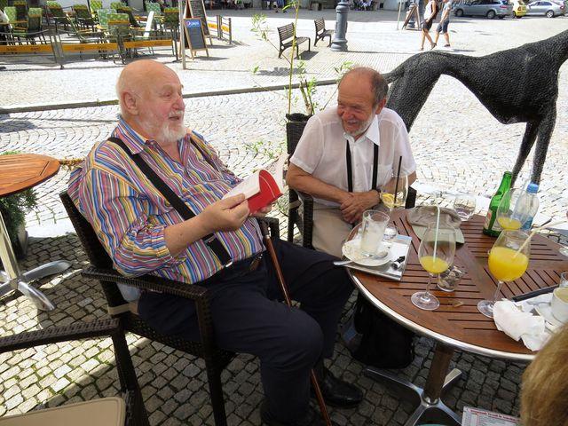 profesor Jan Koblasa na táborském náměstí před zahájením vernisáže výstavy