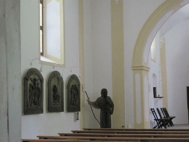 v kostele je skleněná socha sv. Vintíře