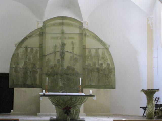 oltář i ostatní bohoslužebné předměty jsou ze skla